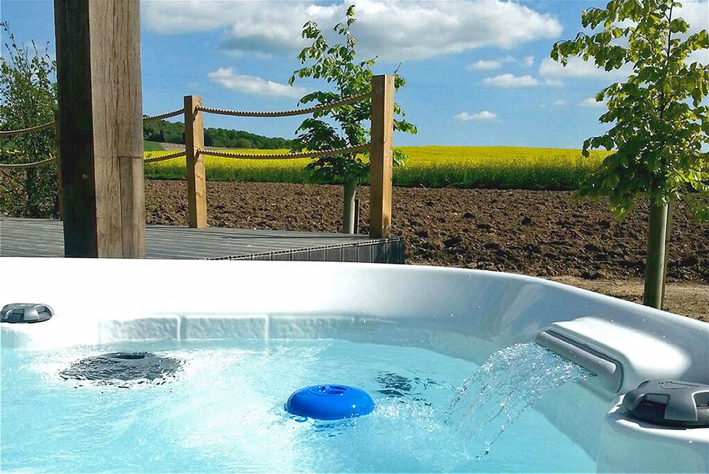 Cottages for two with a hot tub overlooking Oxfordshire countryside